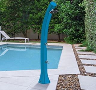 Douche de piscine extérieure côté jardin fixation sol, eau chaude gratuitement à énergie solaire, pour famille, avec robinet pieds et mitigeur orientable top3