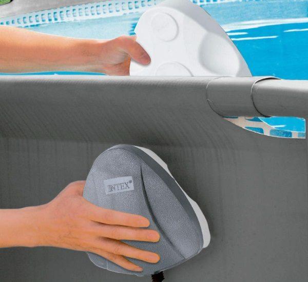 Lumière paroi piscine magnétique INTEX 56688 mise en place