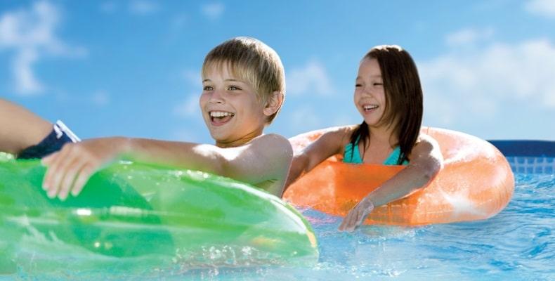 Enfants dans piscine avec bouées